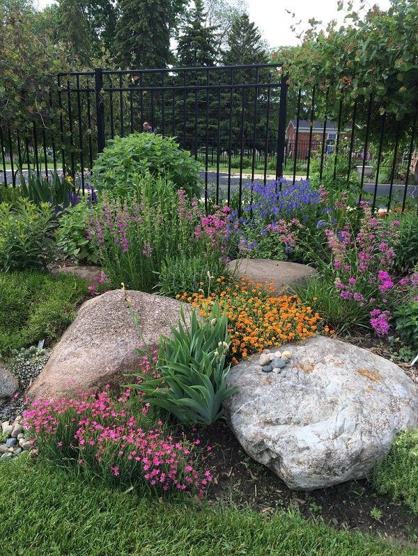 Try these easy tips for landscaping with rocks and boulders to add texture and beautify your garden!